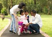 Family teaching  kids cycling — Stockfoto