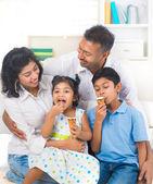 Familie eten van ijs — Stockfoto