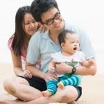famille asiatique sur la plage — Photo