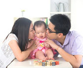 Parents donnant baiser de bébé — Photo