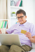 Senior asian male online shopping — Stockfoto