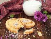 Iki düz ev yapımı kekler ve süt — Stok fotoğraf