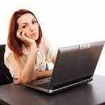 Nudí žena u počítače — Stockfoto