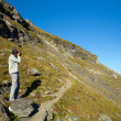 Young hiker walking to the top of charpatian mountains — Stock fotografie