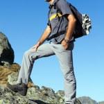 giovane escursionista godendo la vista dalla cima delle montagne — Foto Stock