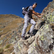 Man hiking on difficult mountain trail — Stockfoto