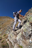 Man hiking on difficult mountain trail — Stock Photo
