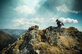 Turista na vrcholu hory — Stock fotografie