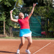 Young woman tennis player serving the ball — Stockfoto