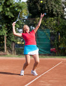 Young woman tennis player serving the ball — Stock Photo