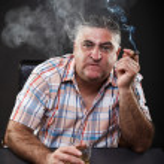 içme ve masada otururken sigara olgun mafya adamı — Stok fotoğraf