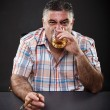 Mature mafia man drinking and smoking while sitting at table — Foto de Stock