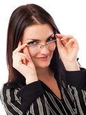 Schöne junge geschäftsfrau, die über ihre brille schauen — Stockfoto