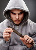 Närbild utgör en farlig gangster — Stockfoto