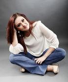 Mulher sentada no chão com as pernas cruzadas — Foto Stock