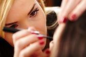 Maquilladora aplicar maquillaje — Foto de Stock