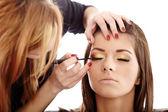 Makyöz makyaj uygulamak — Stok fotoğraf