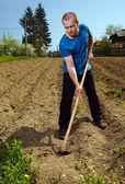 Hombre que trabaja la tierra — Foto de Stock