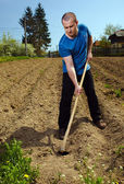 Homme travaillant la terre — Photo