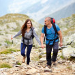 Couple on a mountain trail — Stockfoto