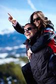 幸せなカップルのピギーバックの乗車を楽しむ — ストック写真