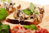 蘑菇 bruschettas 饰以新鲜罗勒 — 图库照片