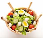Fräsch sallad i en trä skål — Stockfoto