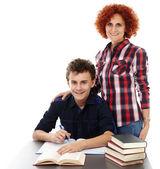 мать стоя возле сына стол с рукой на плече — Стоковое фото