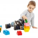 Boy playing with blocks — Stock Photo