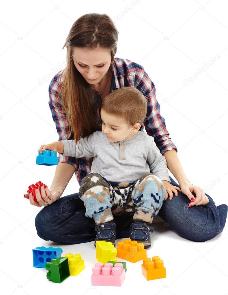 Сын с мамой играют в карты 12 фотография