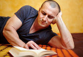 Casual man reading a book — Stock Photo