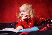 ładny dziewczyna czytająca książkę na łóżku — Zdjęcie stockowe