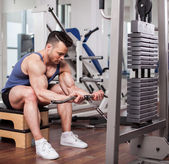 Athletic man pulling up heavy weights at the gym — Foto de Stock