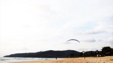 Skärmflygning över stranden — Stockvideo