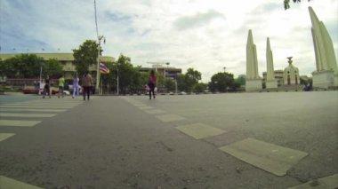 Personnes qui traversent la route — Vidéo