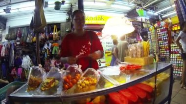 Woman packs and sells vegetables in the market — Stock Video