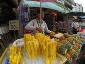 Lidé obchodovat na tržišti v bangkoku — Stock fotografie