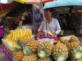 People trade at the  street market in bangkok — Stockfoto