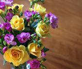 玫瑰和 fressia — 图库照片