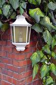 レンガの壁に白いランプ — ストック写真