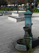 Old water well in the square. Italy — Стоковое фото