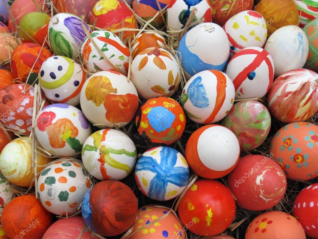 Sfondo con le uova di pasqua decorate per bambini foto - Uova di pasqua decorate per bambini ...