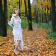 Bride in an autumn park — ストック写真