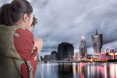 Young backpacker travel and take picture — Stock Photo