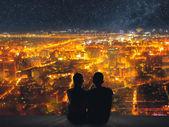 Couple sit under sky — Stock fotografie