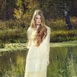 Foto de mujer romántica en bosque de hadas — Foto de Stock