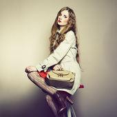 Retrato de una bella mujer joven con un bolso de mano — Foto de Stock