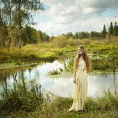 Photo de femme romantique dans la forêt de féerie — Photo