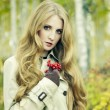 Fashion portrait of a beautiful young woman in autumn forest — Stock fotografie