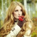 Retrato de moda de una hermosa mujer joven en bosque otoñal — Foto de Stock